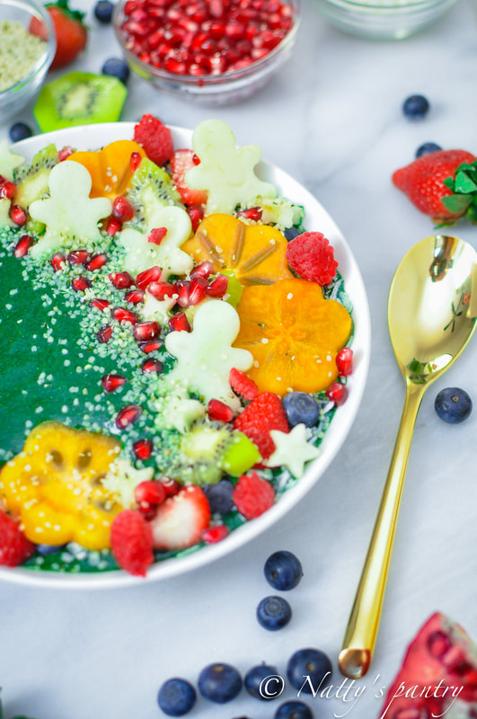 Thick Green Christmas Smoothie Bowl Recipe: Nattyspantry.com