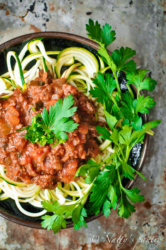WHOLE30 ZUCCHINI NOODLES WITH TOMATO MEAT SAUCE RECIPE: NATTYSPANTRY.COM